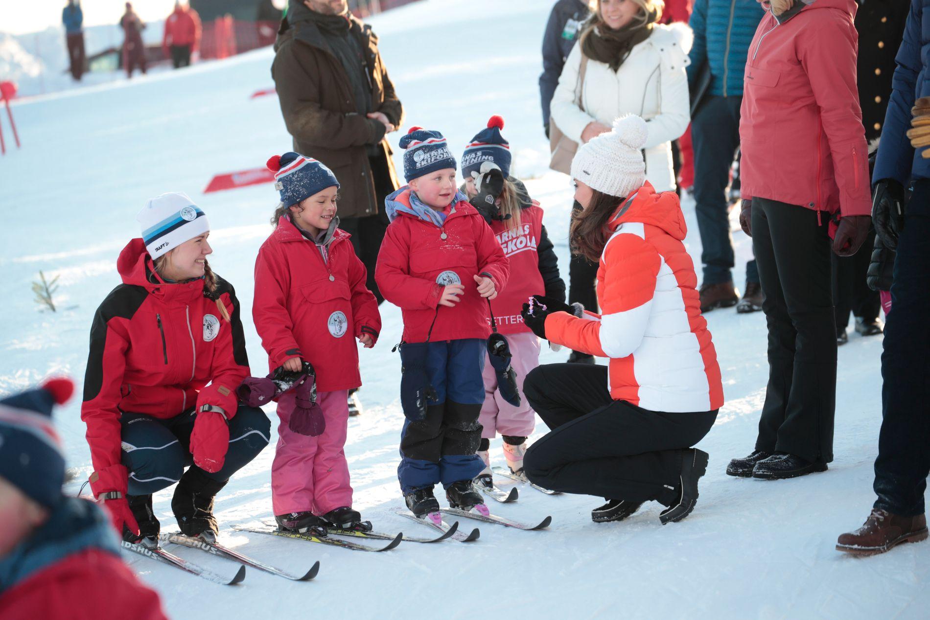 HYGGELIG PRAT: Hertuginne Kate tok seg god tid til å prate med barna. Foto: Scanpix