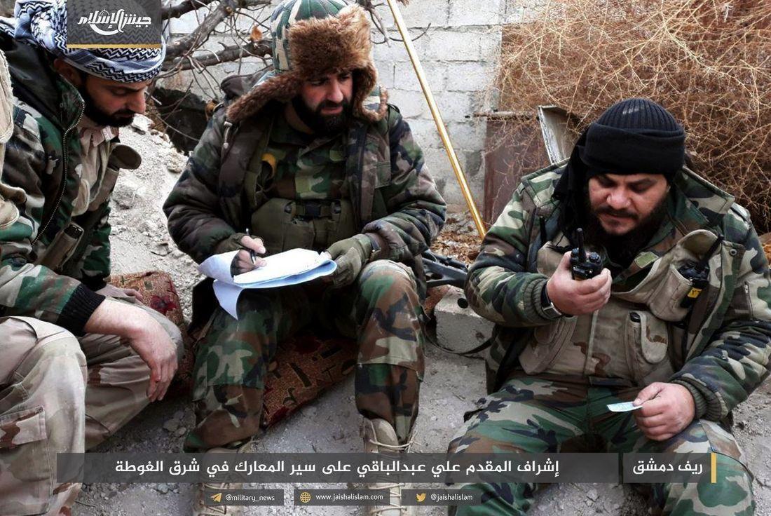 PÅ FRONTLINJEN: Ledere i Jaish al-Islam på frontlinjen i Øst-Ghouta. Bildet ble publisert av gruppen selv i januar.