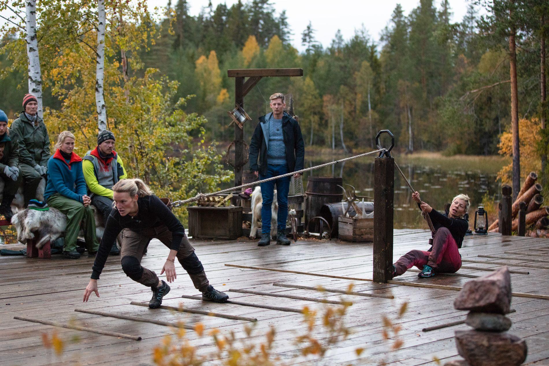 TØFFE TAK: Lene og Sølvi sto på til siste slutt med søndagens tautrekking. Til slutt var det Lene som kunne juble høyest.