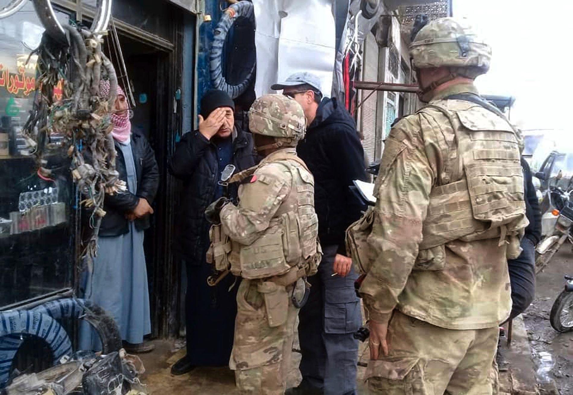 I SYRIA: Amerikanske styrker i Manbij i Syria snakker med lokale innbyggere søndag.