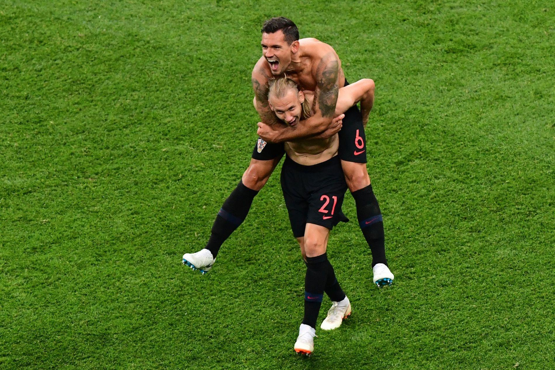 HAR VIST VM-MUSKLER: Dejan Lovren jubler på ryggen til lagkamerat Domagoj Vida etter seieren mot Argentina.