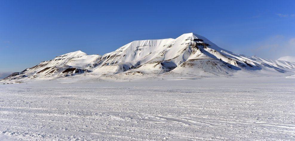 TIL SALGS: Disse fjellene ikke langt fra Longyearbyen er en del av eiendommen som nå er til salgs. Foto: TERJE MORTENSEN