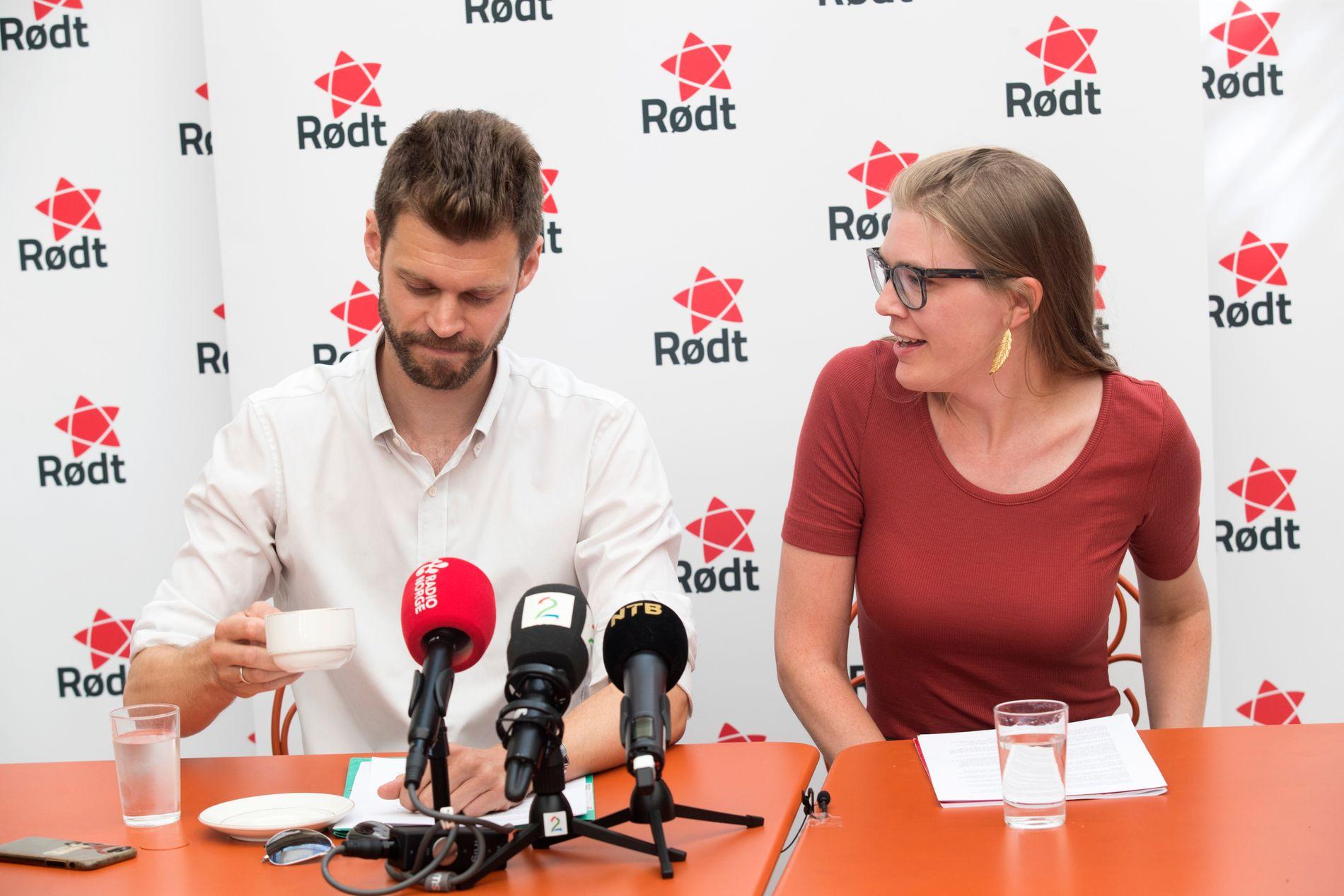 LEDELSEN: Rødt-leder Bjørnar Moxnes og nestleder Marie Sneve Martinussen på Rødt sin sommerpressekonferanse i Oslo torsdag