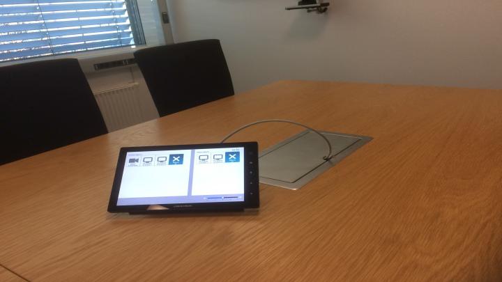 ENKEL KONTROLL: Via dette enkle styringspanelet styrer de ansatte systemene i møterommet. Foto: DNB