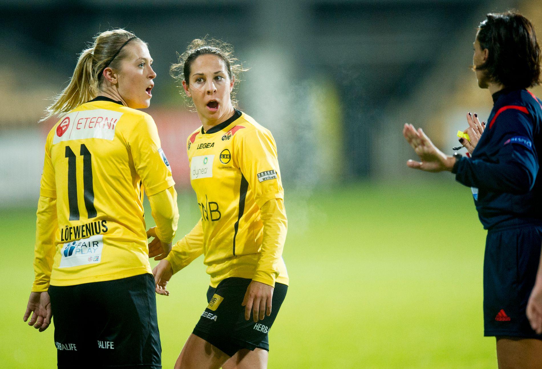 NY SJANSE: Lillestrøm, her ved Mimmi Löfwenius og Ingrid Moe Wold (til høyre) gjorde en tapper innsats i Champions League i fjor. Etter 0-2-tap hjemme i 8-delsfinalen mot Frankfurt, kom de tilbake og vant med samme sifre borte - men tapte på straffer. Her fra hjemmekampen. Nå får de muligheten igjen, mot PSG. Foto: NTB SCANPIX