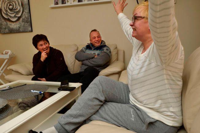VED GODT MOT: Merete Eriksson, Eirik Nilsen og og Merete Nordhus hjemme i stua til Nordhus etter dagens dramatiske begivenheter ved Ankomstsenter Finnmark.