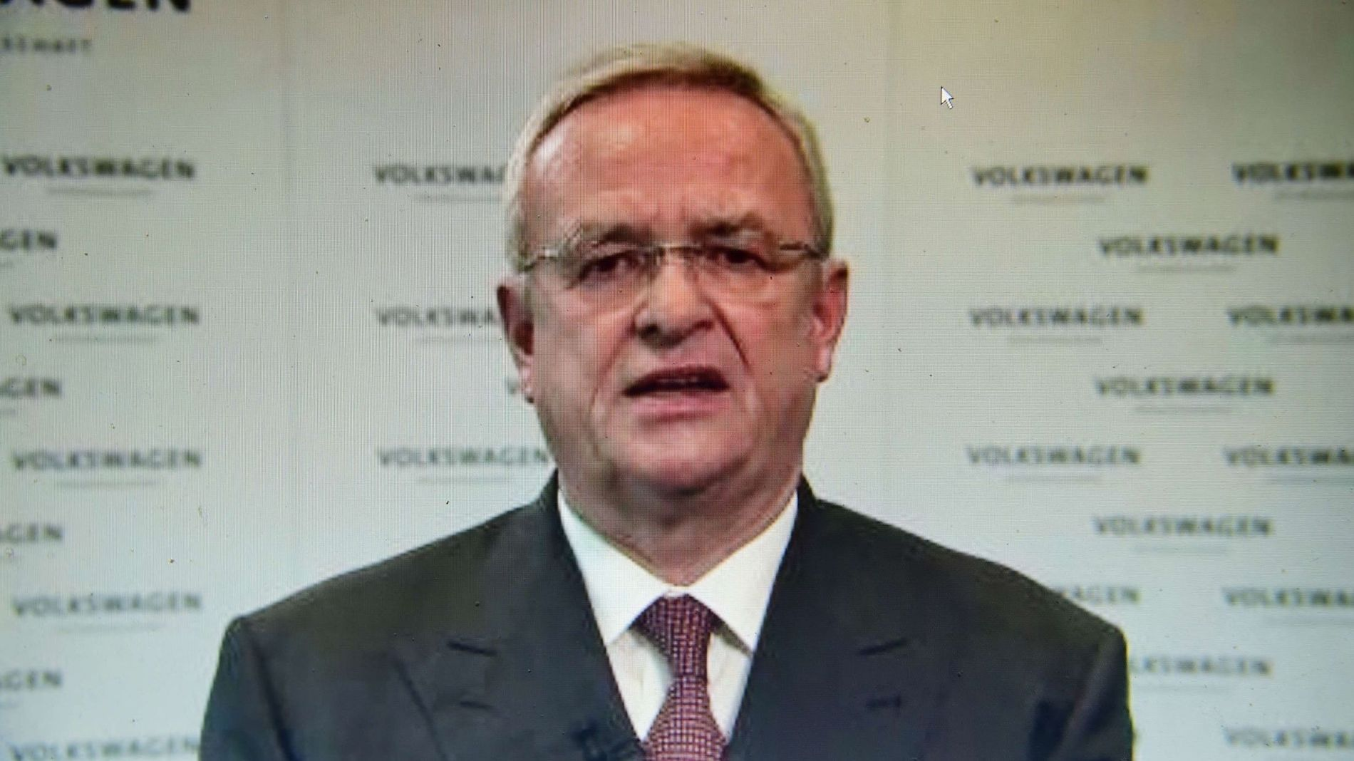 VOLKSWAGEN-SKANDALENS ANSIKT: Bildet er tatt av Volkswagen-sjefen Martin Winterkorn, da han tirsdag i en videomelding beklaget utslipps-skandalen.