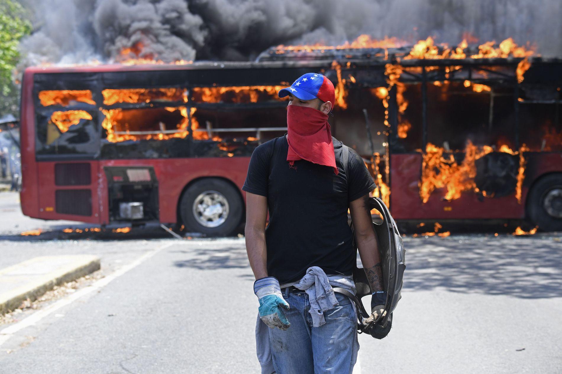 OPPTØYER: Tusenvis av demonstranter tok tirsdag til gatene, hvor de blant annet ble møtt av tåregass og gummikuler.
