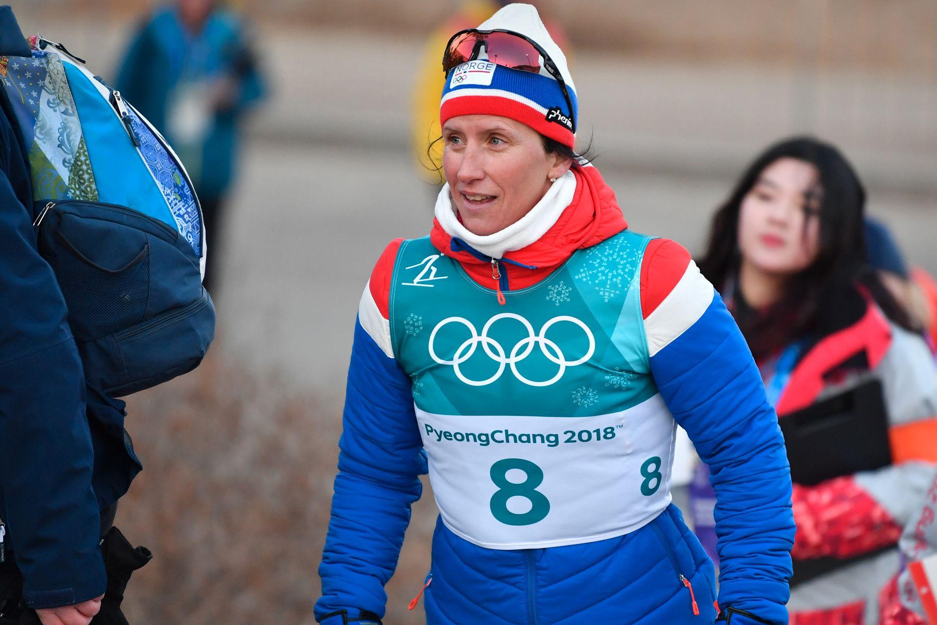 INNPAKKET: Marit Bjørgen pakket seg godt inn etter sølvløpet på 15-kilometer med skibytte lørdag.