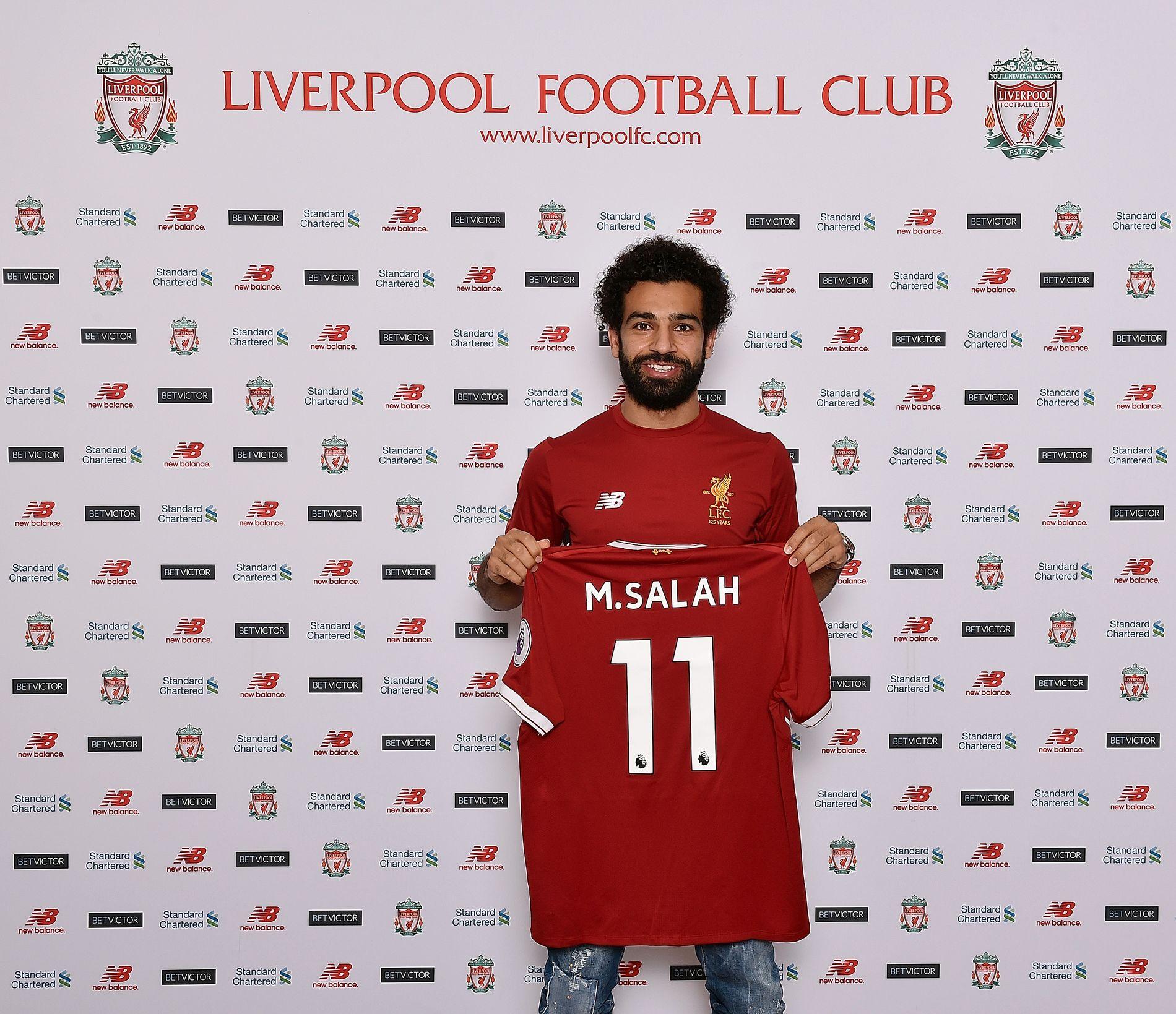 BEVISET: Her poserer en smilende Salah med trøyen og draktnummeret han skal bære i 2017/18-sesongen.