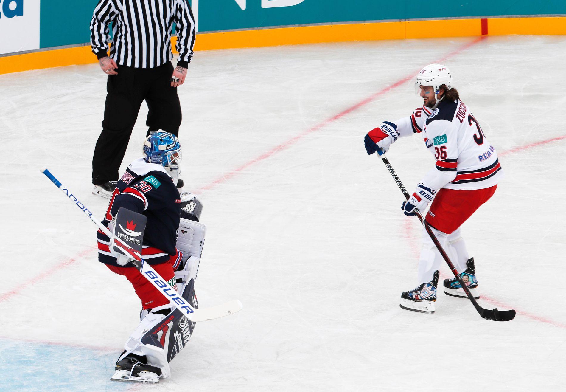 LURTE SVENSKEN: Mats Zuccarello (t.h), i godt humør, leverte stor underholdning mot lagkamerat i New York Rangers Henrik Lundqvists «AllStar-lag» på Ullevaal lørdag.