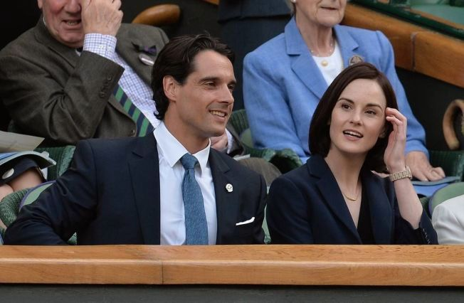 PÅ TENNISKAMP: Søndag døde Michelle Dockerys forlovede, John Dineen av en sjelden kreftsykdom. Paret har vært sammen siden 2013. Her er de avbildet under Wimbledon-turneringen i 2014.