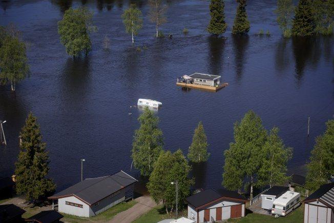 STORE VANNMENGDER: Campingplassen på Trysil ligger delvis under vann. Foto: Kyrre Lien