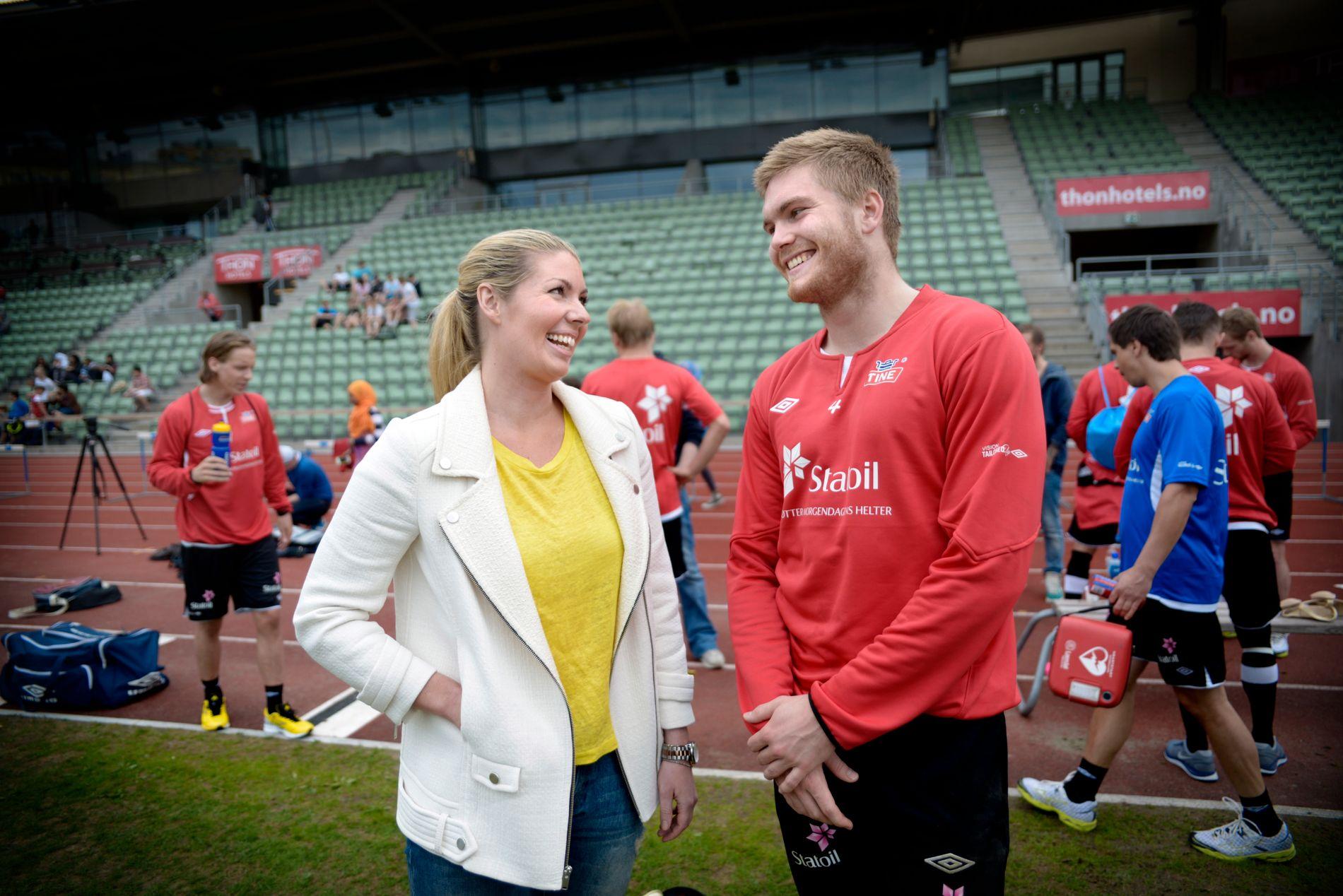 MENTAL TRENER: Cecilie Ystenes (t.v.), her med U21-landslagets Gudmund Taksdal Kongshavn før EM i Israel i 2013.