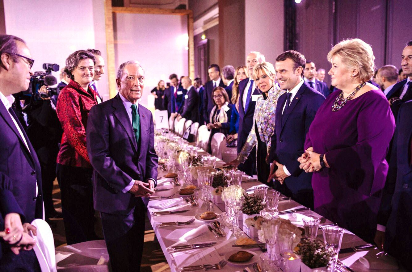 KLIMAENGASJERTE: Erna Solberg satt til bords med Michael Bloomberg ( t.v) og klimatoppmøte-vert Emmanuel Macron ( t.h) og Brigitte Macron i Paris mandag kveld. FOTO: Staben til Michael Bloomberg