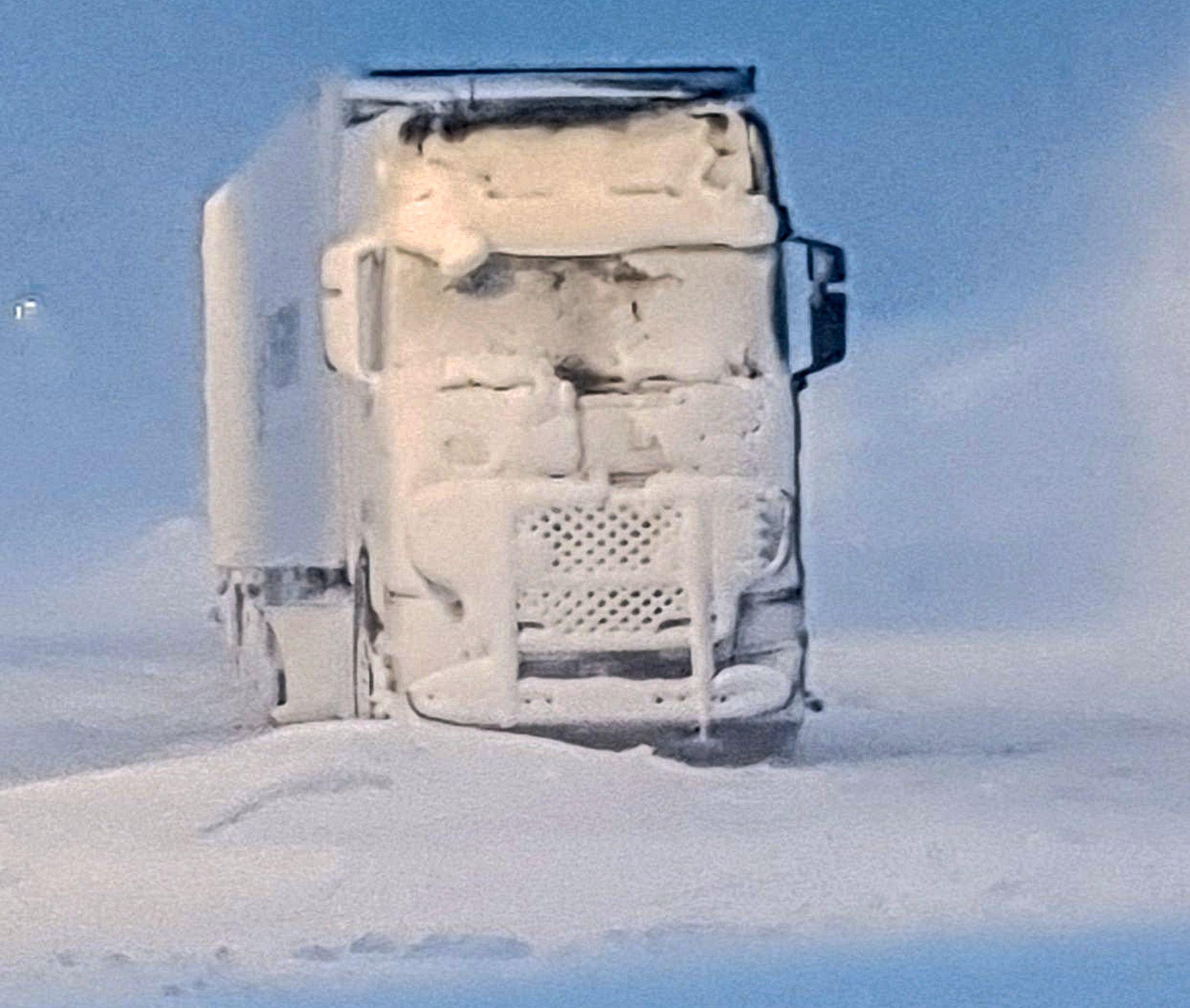 NEDSNØDD: I Junkerdal i Nordland, på grensen til Sverige, har været bydd på problemer for flere. Denne lastebilen har stått på stedet hvil siden i går ettermiddag.