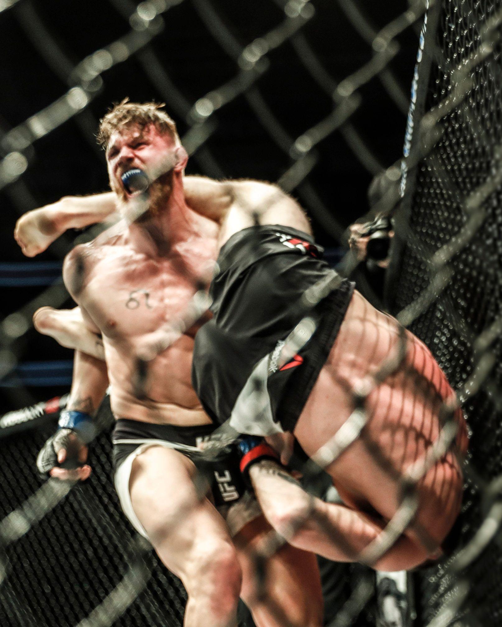 SHOWET: Da bare sekunder gjensto av kampen løftet Emil Weber Meek opp Jordan Mein med én arm og vinket til publikum. Nordmannen skjønte at han hadde vunnet kampen.