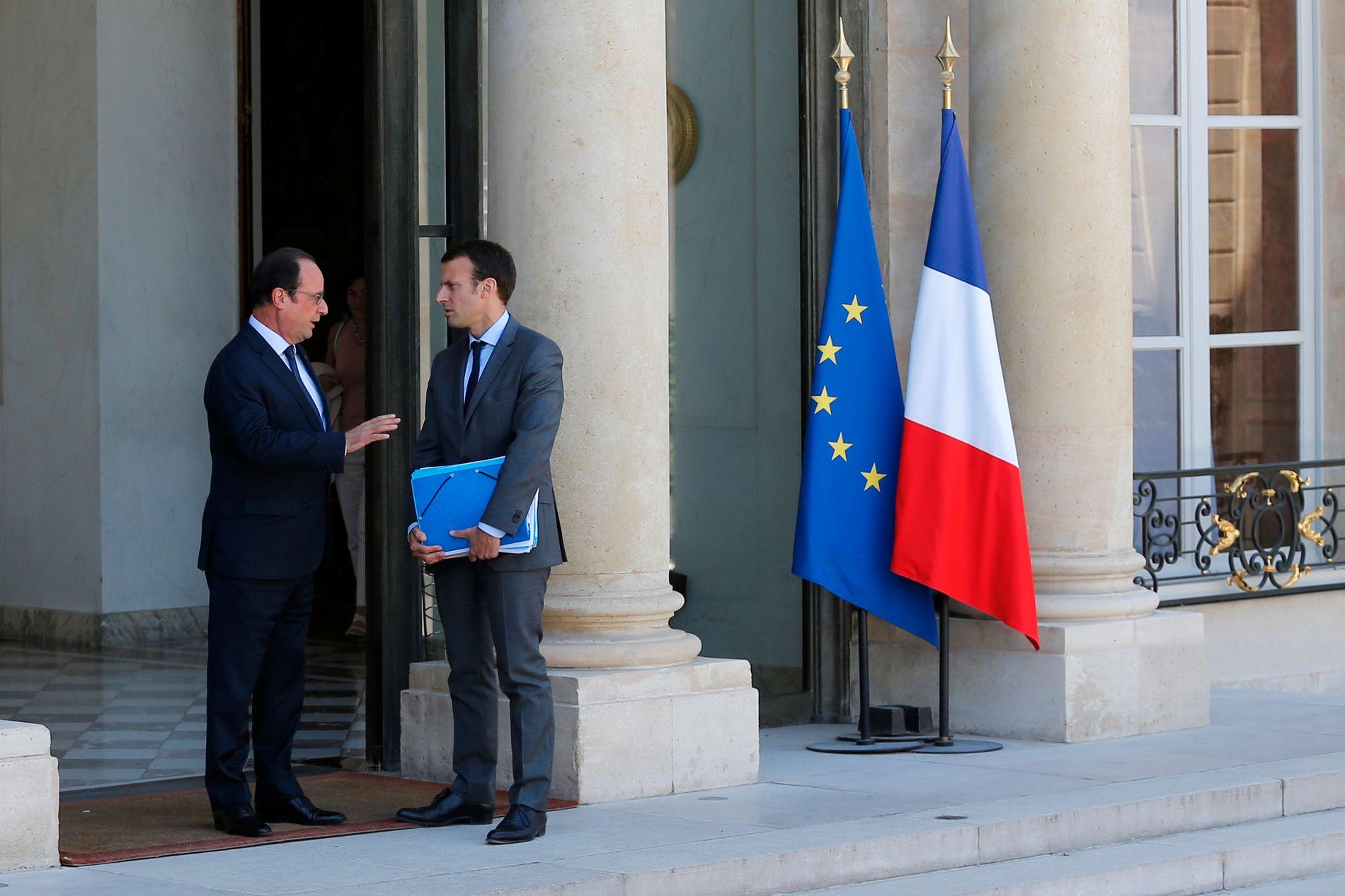 RIVALER: President Francois Hollande tar farvel med finansminister Emmanuel Macron etter et regjeringsmøte i Elyseepalasset i sommer. Nå har Macron gått ut av regjeringen og dannet en ny politiske bevegelse. Foto: REUTERS