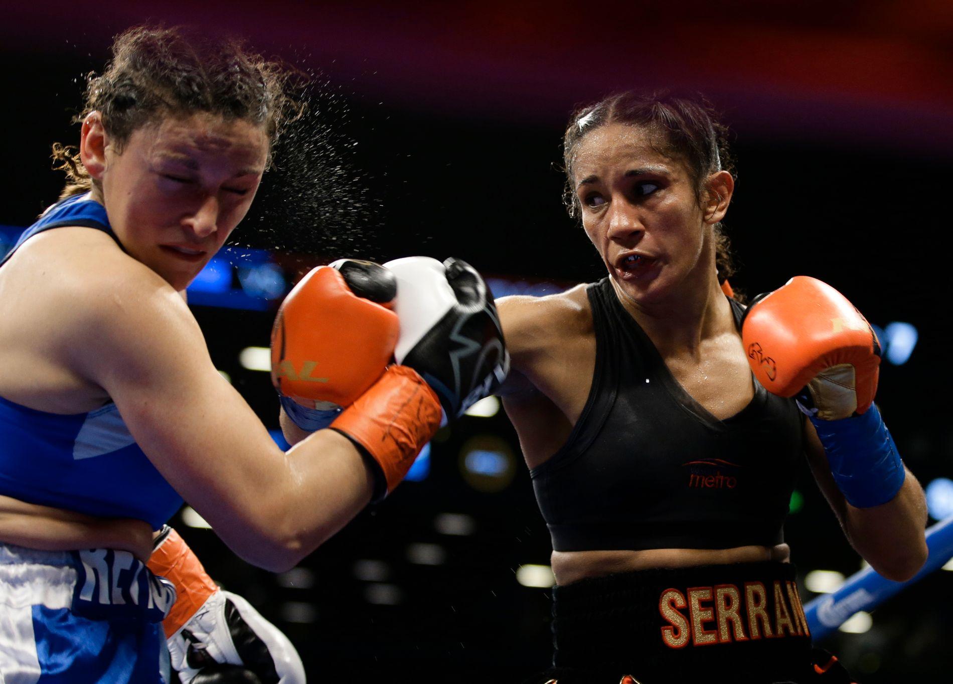 GJORDE JOBBEN: Yamila Esther Reynoso (t.v.) var sjanseløs mot Amanda Serrano i Barclays Center i Brooklyn i natt.