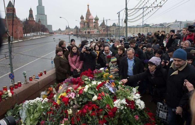 ÅSTEDET: En folkemengde samlet seg lørdag på stedet rett ved Kreml, midt i sentrum av Moskva, der den russiske opposisjonspolitikeren Boris Nemtsov fredag kveld ble skutt og drept. Søndag arrangeres det en minnemarkering.