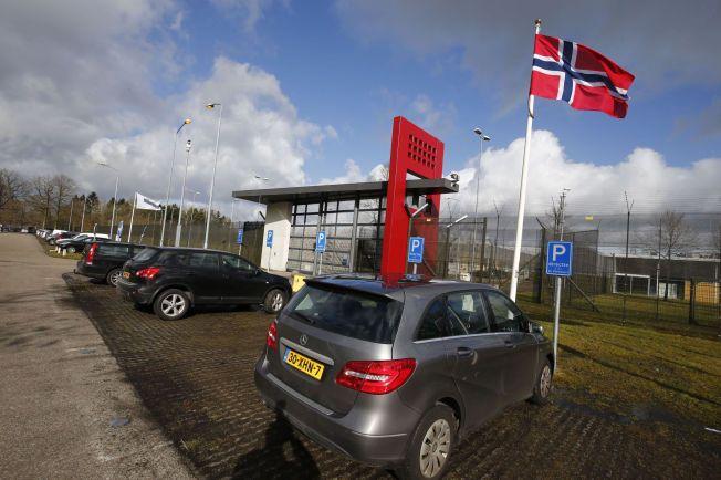 NORSK FLAGG: Utenfor fengselsporten var det mandag heist opp et norsk flagg for å markere den nye soningsavtalen mellom Nederland og Norge, som undertegtnes idag.