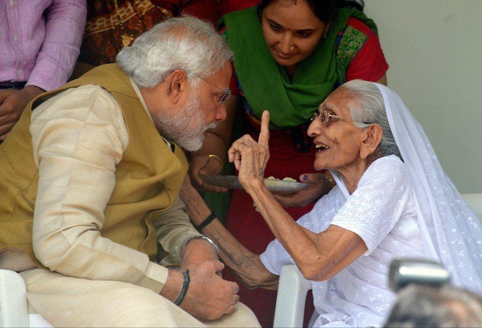 HØR PÅ MOR: Narendra Modi besøker sin mor Hiraben for å få hennes velsignelse like etter at de første valgresultatene viser et valgskred for hans parti BJP. Foto: Saurabh Das/AP