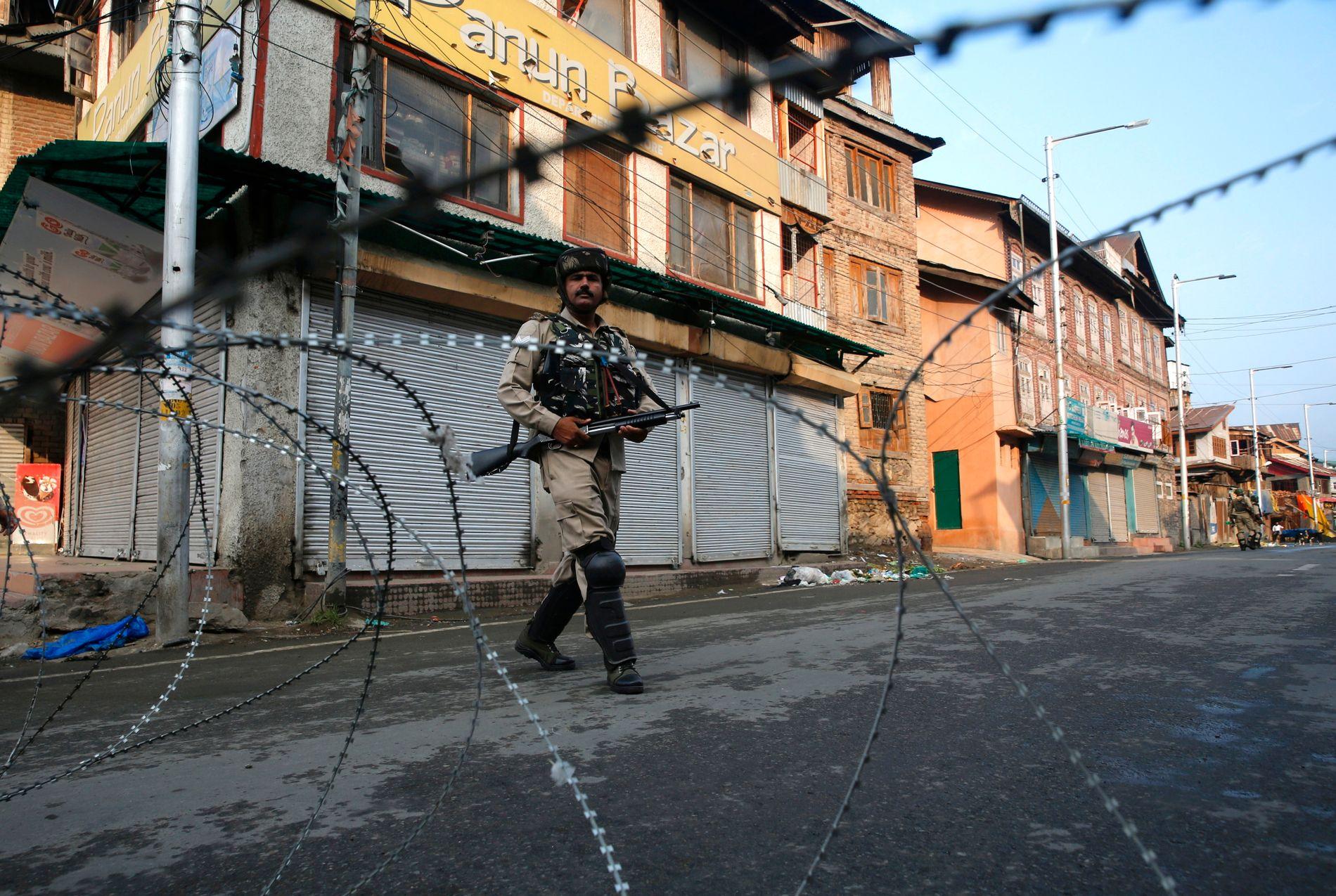 EKSTRA STYRKER: Indiske paramilitære soldater står vakt under et portforbud i Srinagar i Kashmir.