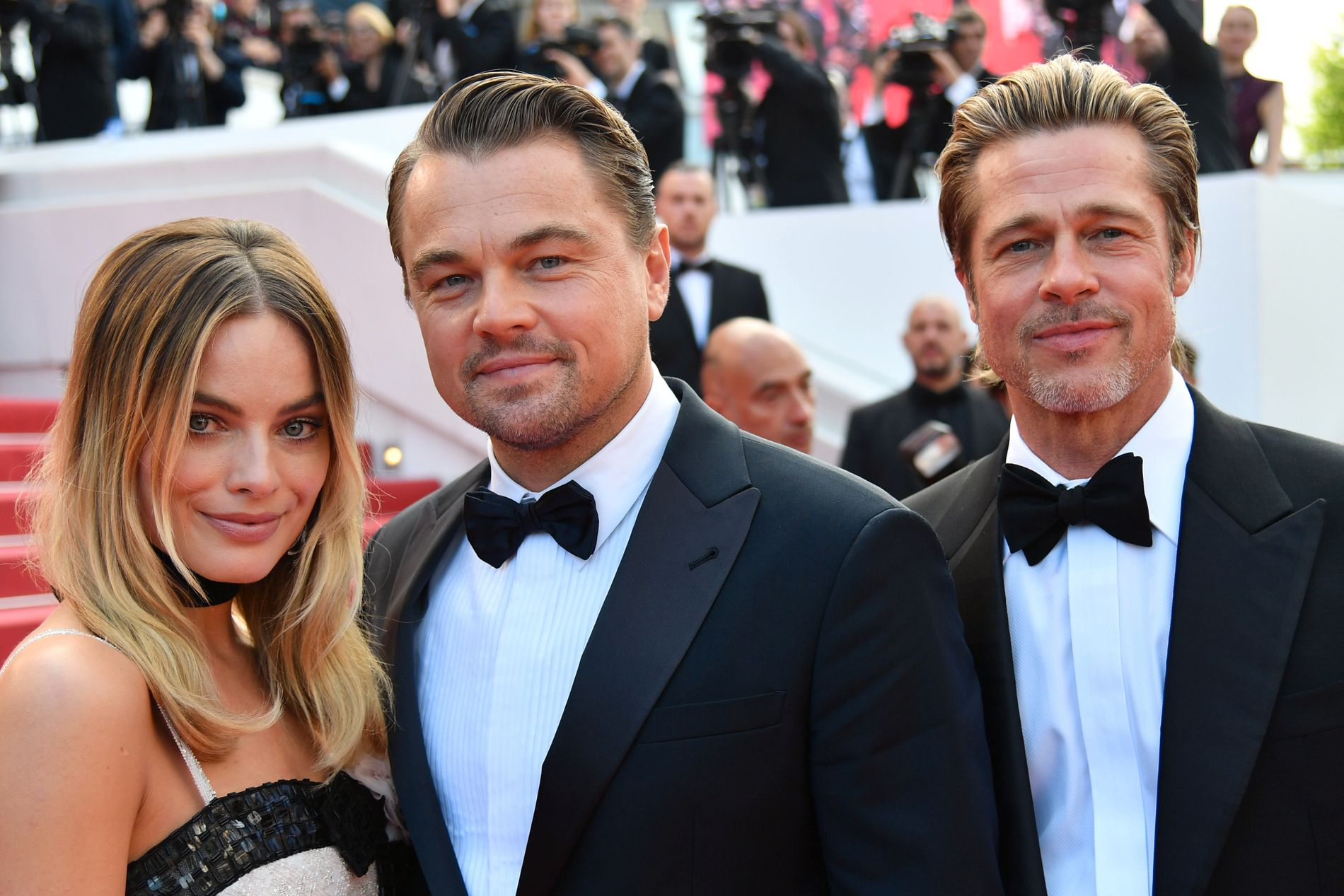 MEDSPILLERE: Margot Robbie som spiller Sharon Tate, Leonardo DiCaprio som spiller Rick Dalton og Brad Pitt som spiller Cliff Booth, er på rød løper i Cannes.