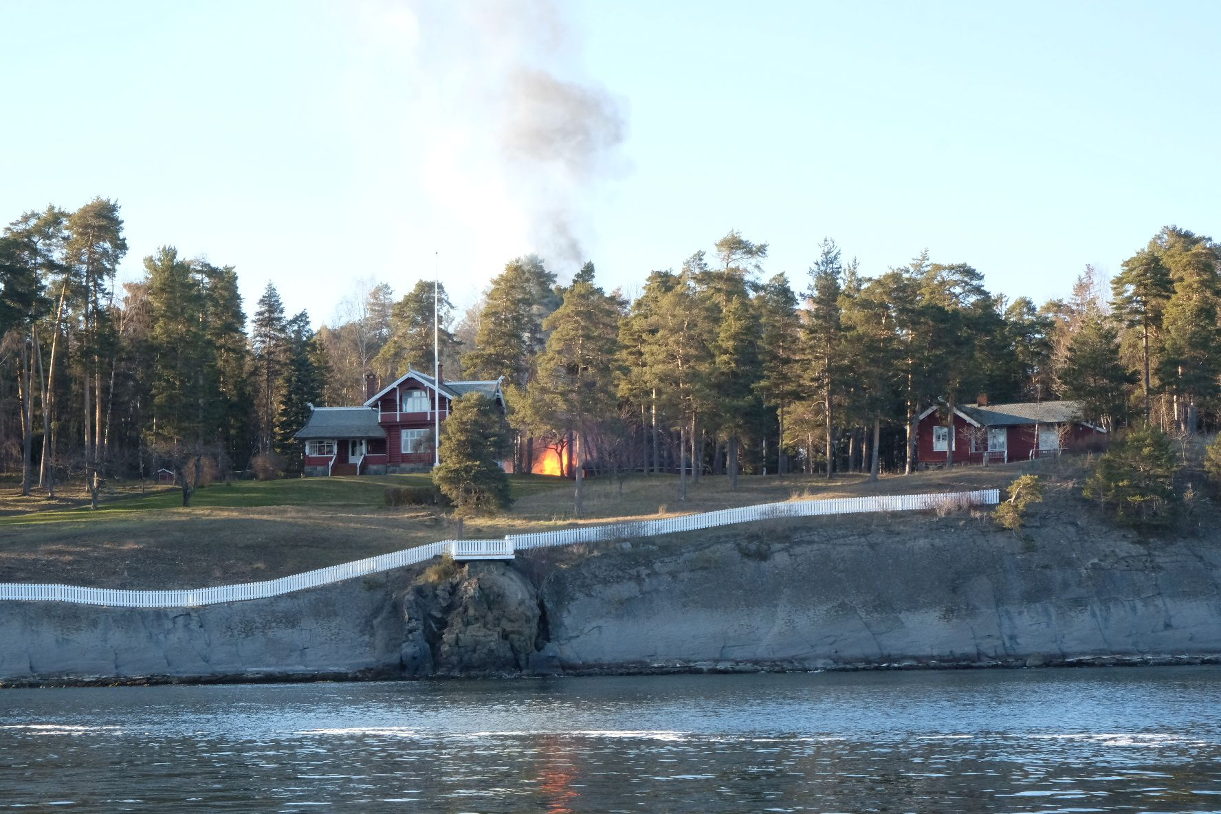 BÆRUM: Det brant på Grimsøya i Bærum lørdag ettermiddag.