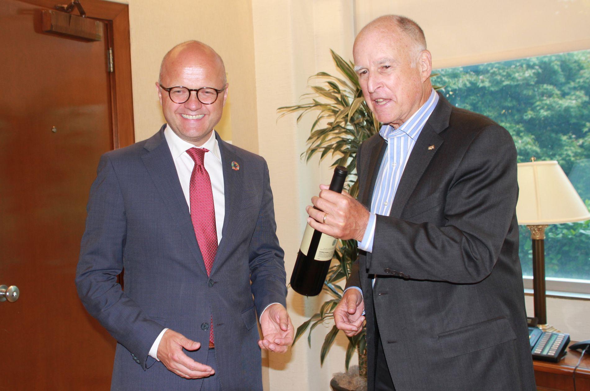 KLIMA-KAMERATER: Californias guvernør Jerry Brown overrekker klimaminister Vidar Helgesen en flaske vin etter signeringen av den historiske avtalen. Foto: ERLEND SKEVIK