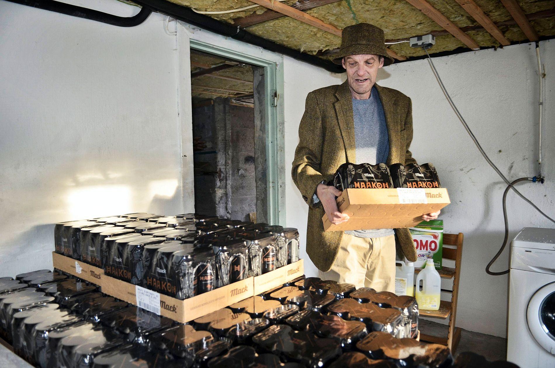 PROTESTERER: Roger Rossvoll har kjøpt 1600 liter øl som han har lagret i kjelleren.