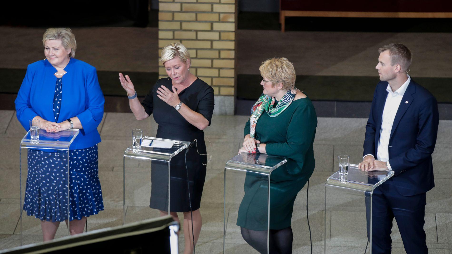PEKER OPP: Regjeringspartienes svake kommunevalg kan presse opp pengebruken, mener DNB. Fra.v statsminister Erna Solberg (H), Siv Jensen (Frp), Trine Skei Grande (V) og Kjell Ingolf Ropstad (KrF) i partielderdebatten i vandrehallen valgnatta.