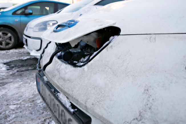 BORT FRA PORT: Beskytt kontakter mot vann, snø og is, råder Direktoratet for samfunnssikkerhet og beredskap (DSB).Her er en lett «nedsnødd» Nissan Leaf på elbilpakeringen ved Aker Brygge torsdag ettermiddag.