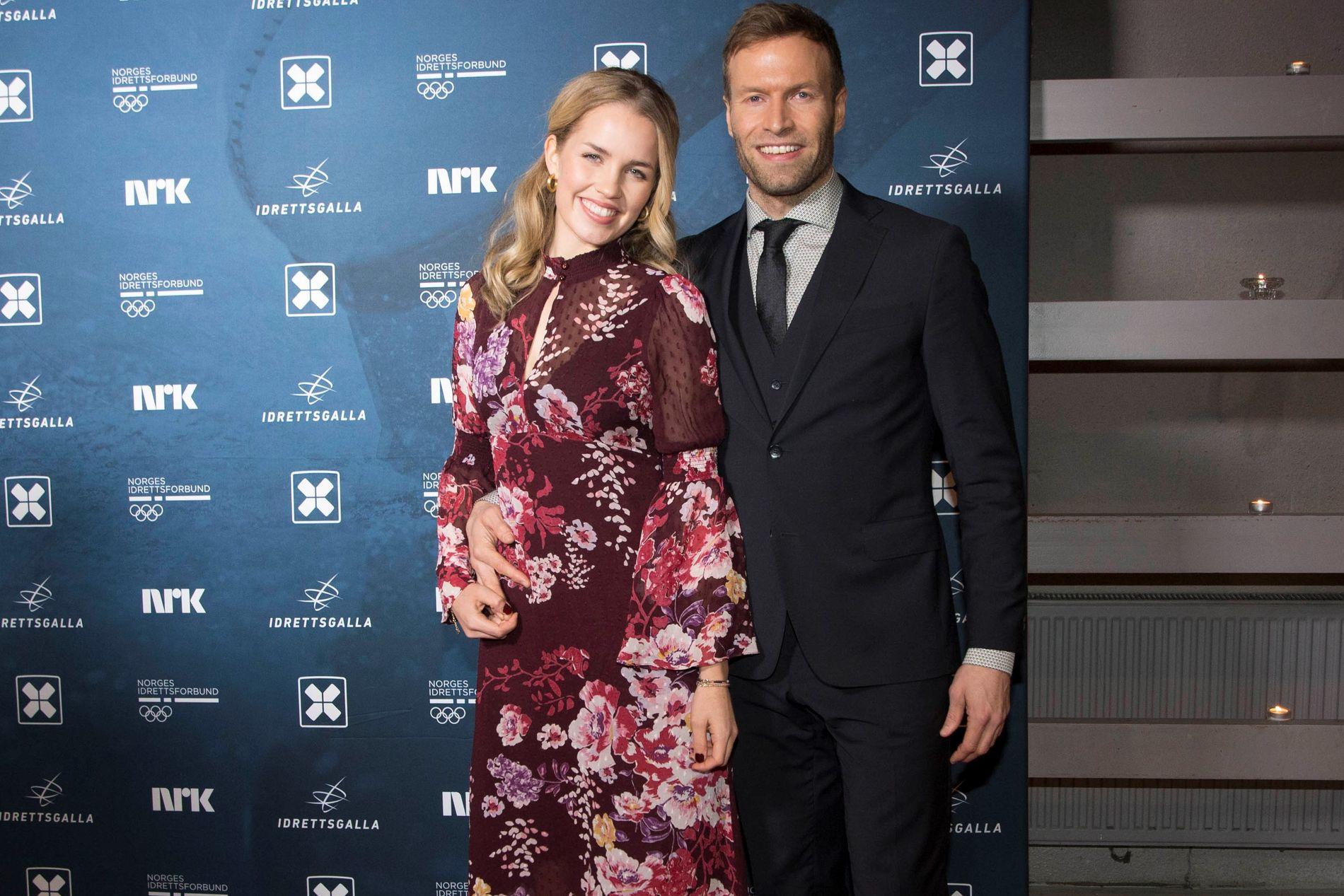 PÅ IDRETTSGALLA: Andreas Ygre Wiig og samboeren Hanna Sophie Sæthre Schanz på den røde løperen foran Idrettsgallaen i januar.
