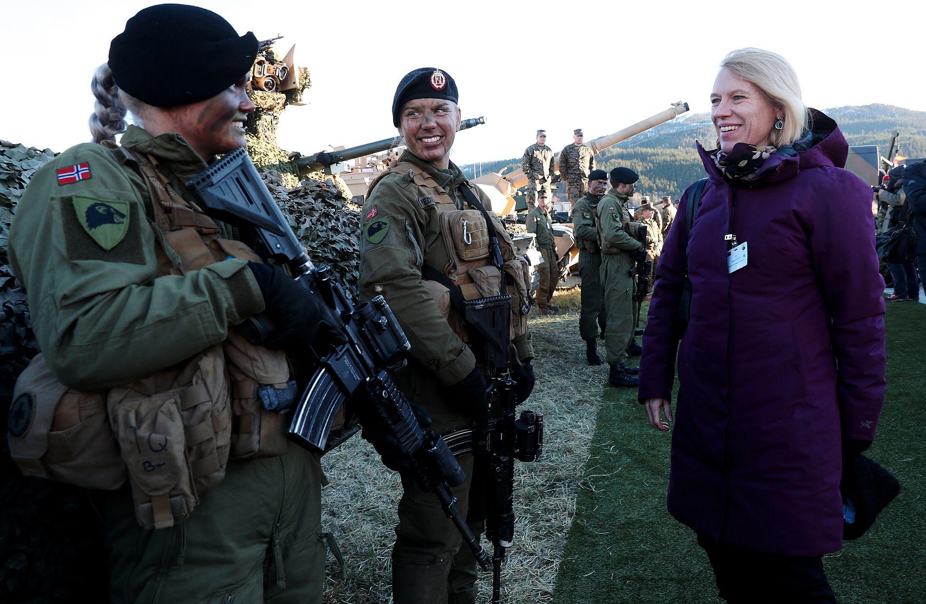 ØVELSE: Anniken Huitfeldt (Ap), fotografert under NATO-øvelsen Trident Juncture 30.oktober. Soldatene tilhører Brigadens panserbataljon.