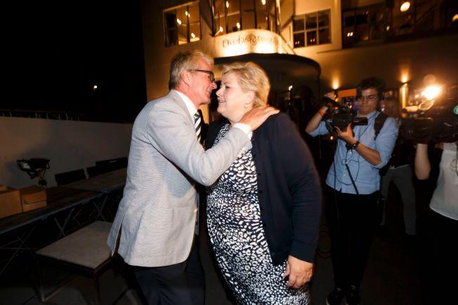 KLEM: Statsminister Erna Solberg roser Fabian Stang og kona etter at de er blitt fosterforeldre. Her gir de hverandre en klem valgnatten i høst.