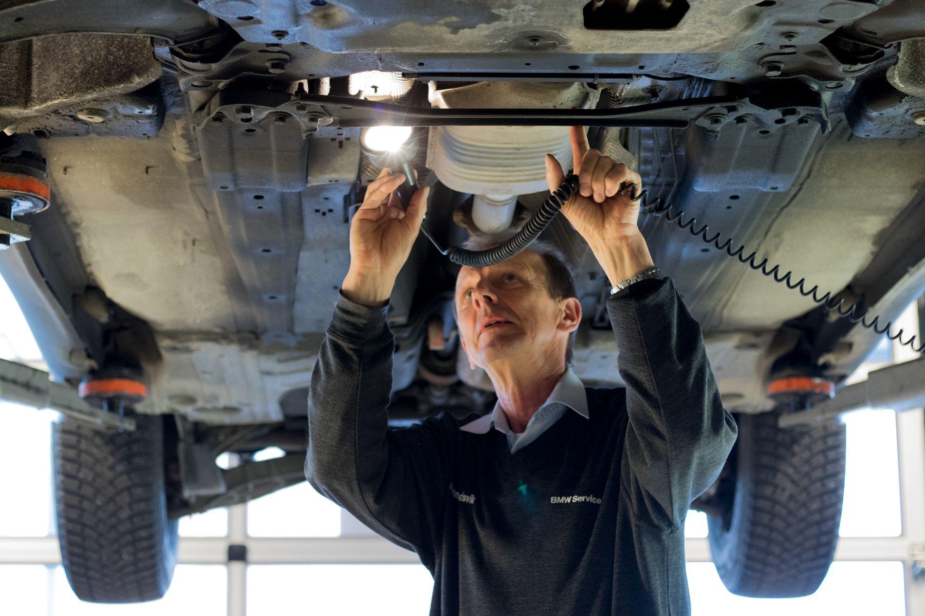 STÅLKONTROLL: Takstmann Gunnar Skredsvik i Bilia passer på at alt er i orden med bilen før den legges ut for salg.
