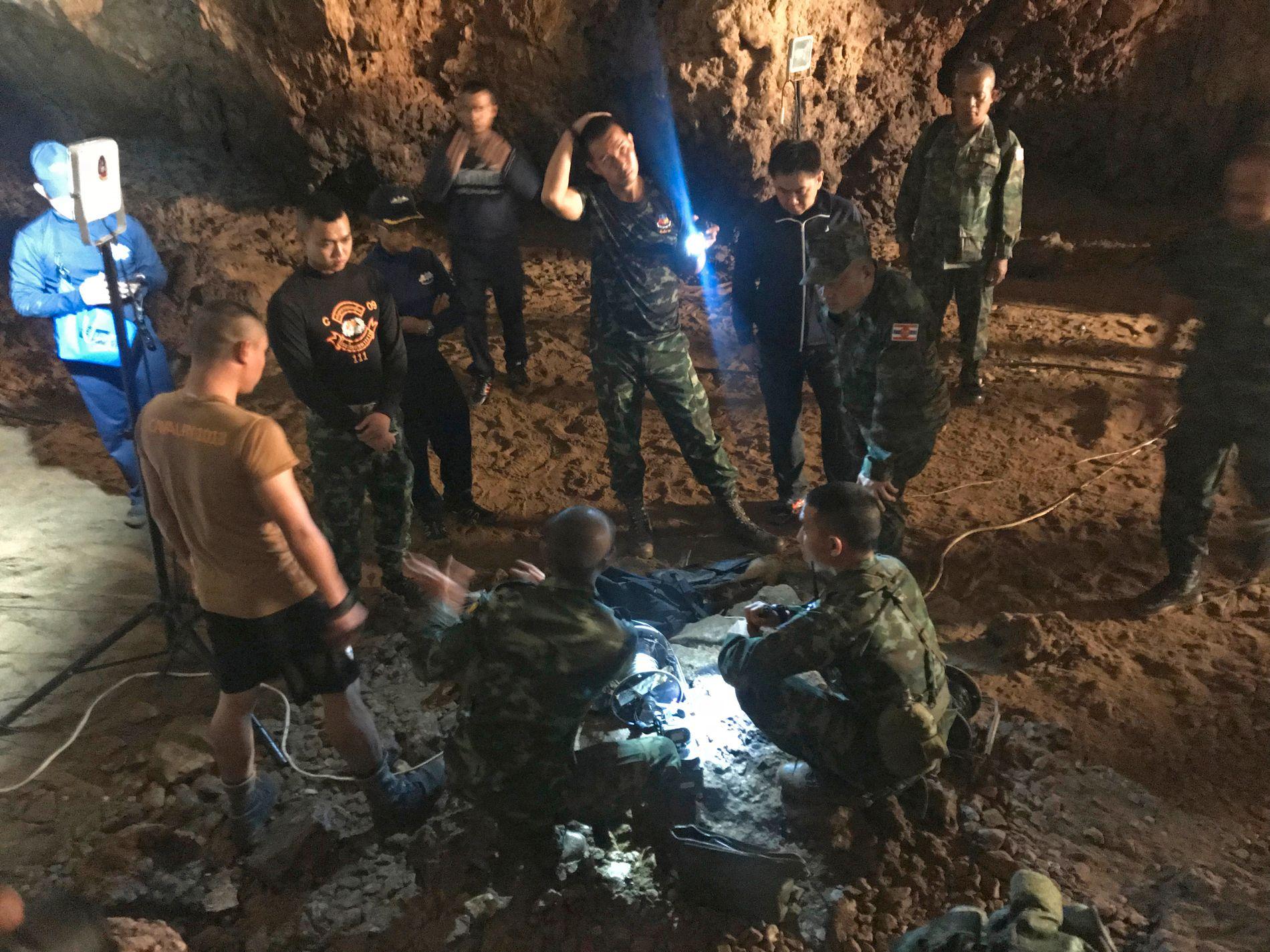 FANGET: Redningsmannskaper i grotten der en gruppe ungdommer skal ha blitt sperret inne av store vannmasser.