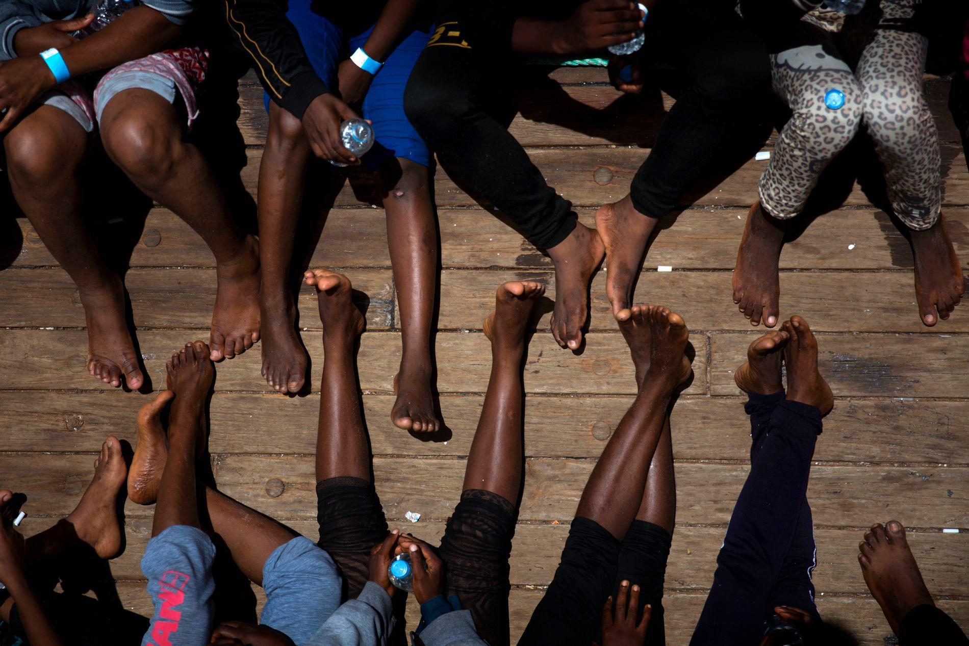 FRA LIBYA: En gruppe kvinner sitter her på dekk i redningsskipet Golfo Azzurro den 16. juni 2017. Kvinnene kom over Middelhavet fra det krigsherjede Libya.
