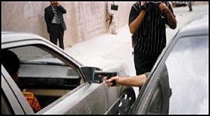 REKONSTRUKSJON: Drapstiltalte Kemal Bata viser under rekonstruksjonen av drapet på Marita Strøm (38) i Nord-Irak hvordan han 4. september i fjor avfyrte de dødbringende skuddene. Foto: Politiet i Suleimaniya. Politiet i Suleimaniya. Foto:
