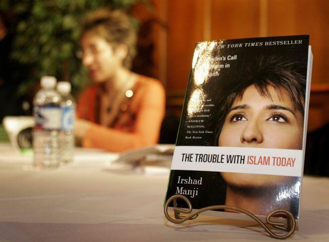 FEMINIST: Den muslimske feministen og forfatter, Irshad Manji, maner til kvinneopprør i islam og kamp for ærlighet og forandring. Denne kampen trenger hun støtte av kvinnebevegelsen på 8. mars til, skriver kronikkforfatteren.Foto: AFP