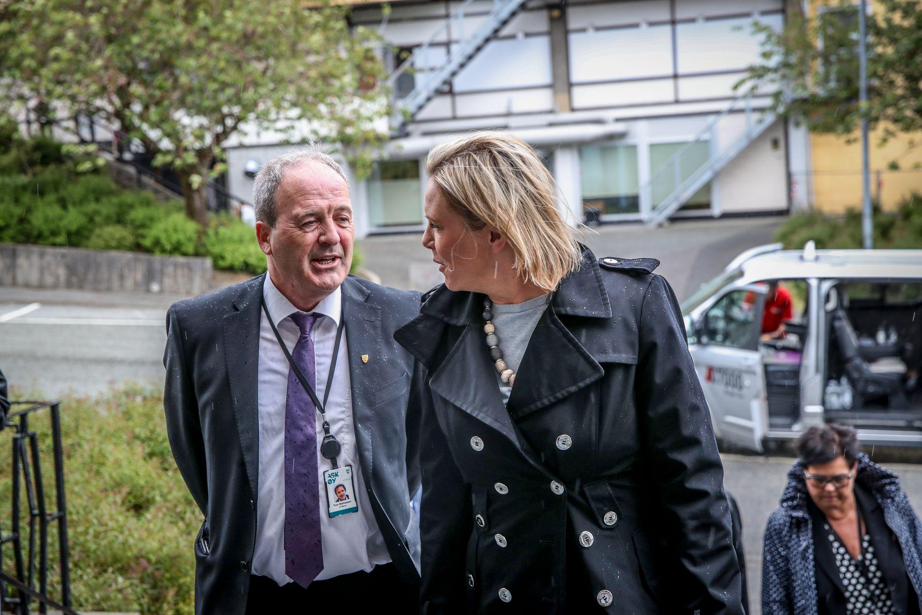 PÅ BESØK: Eldre- og folkehelseminister Sylvi Listhaug (Frp) kom mandag til Askøy for å få en redegjørelse av kommunen om smitteutbruddet. Her sammen med Askøy-ordfører Terje Mathiassen.