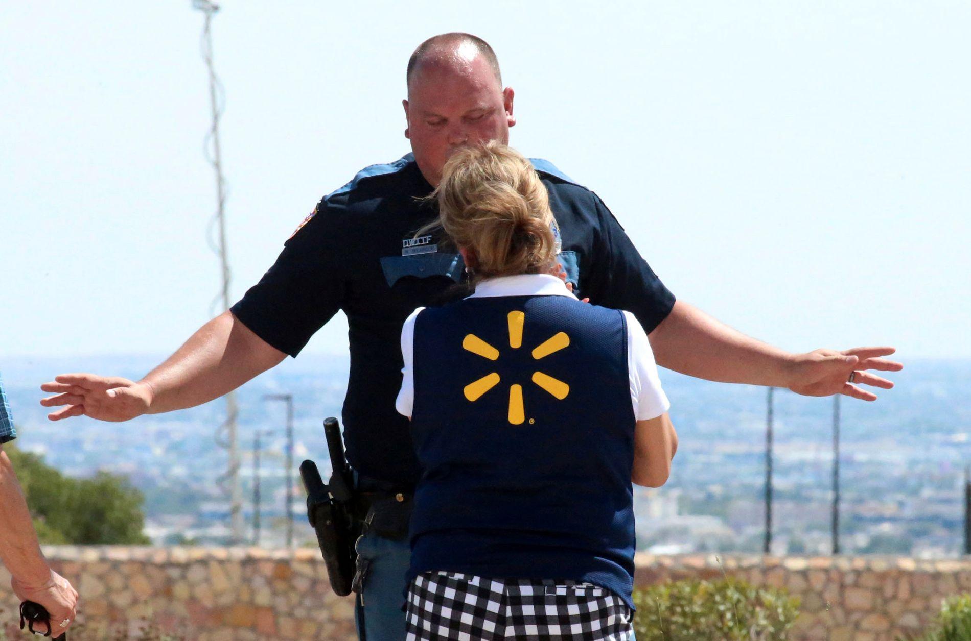 Politiet snakker med en Walmart-ansatt etter skytingen lørdag.