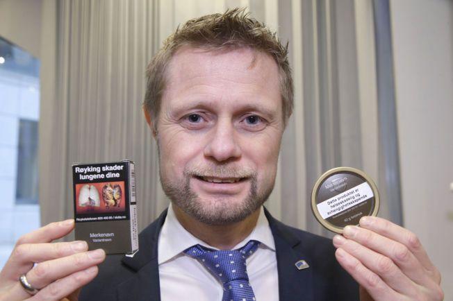 SKAL IKKE SE ATTRAKTIVE UT: Helse- og omsorgsminister Bent Høie viste de ny innpakningene til snus og tobakkspakker, på en pressekonferanse om forebyggende tiltak på tobakksområdet.