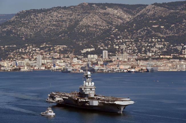 FRANSK KRIGSSKIP: Hangarskipet Charles de Gaulle forlot tirsdag havnen i Toulon på vei mot det østlige Middelhav, hvor det vil bli brukt i kampen mot IS.