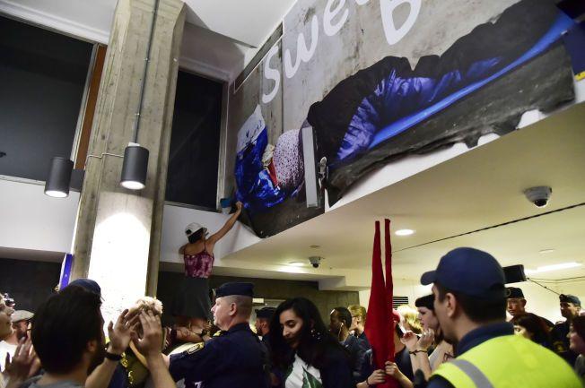 KAOS: Demonstrantene rev ned nesten alle  plakatene som var hengt opp på t-banestasjonen.