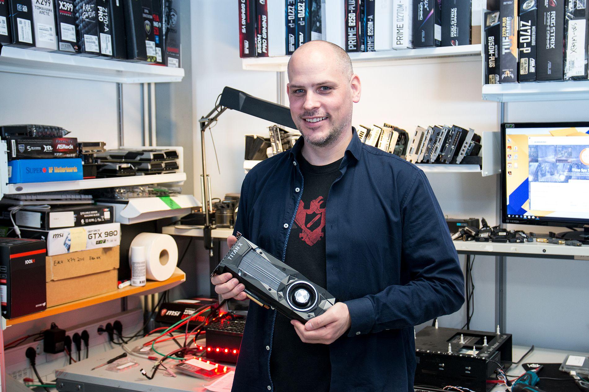 André Løver omringet av de nyeste grafikkortene, inne i testrommet hos Komplett.