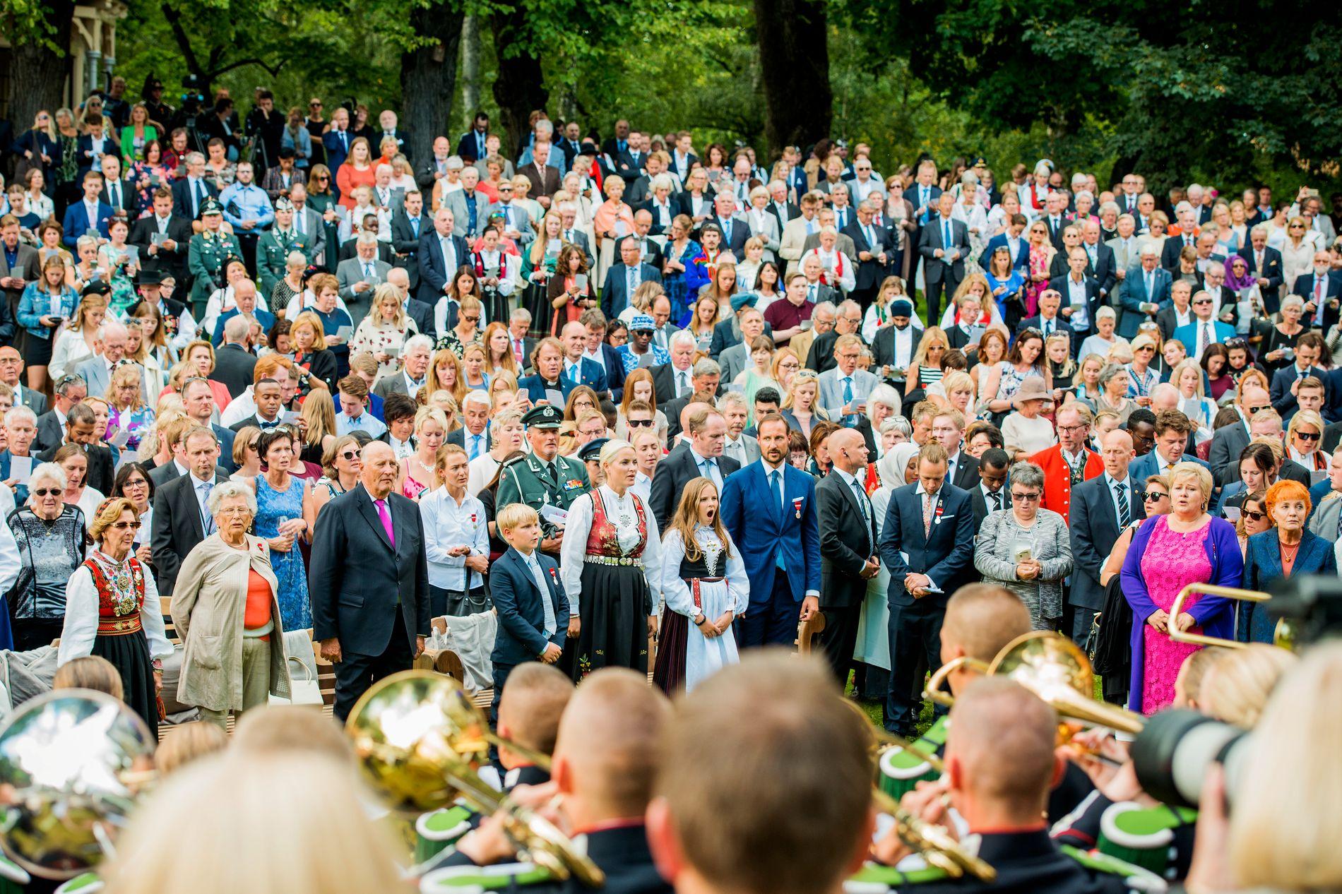 UTEN GJERDER: Kongefamilien møtte 1500 mennesker fra hele landet på hagefest i Slottsparken.