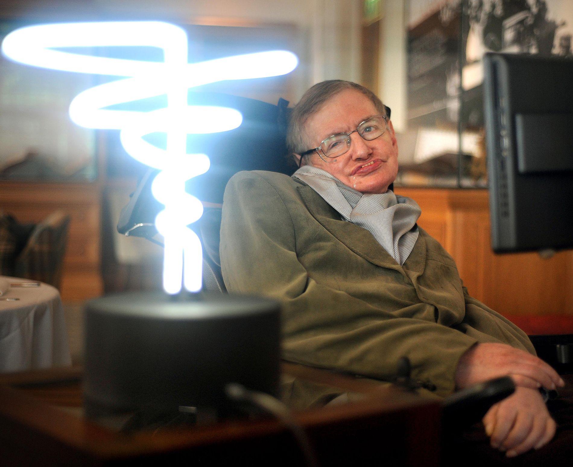 MINNES: Den britiske fysikeren Stephen Hawking minnes som et ikon.