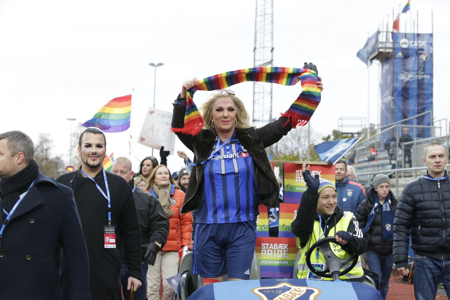 GODT EKSEMPEL: Terje Scrøder og Erlend Bratland (t.v.) frontet Pride-opptoget på Nadderud i 2016, i forkant av Eliteseriekampen mellom Stabæk og Sarpsborg 08.